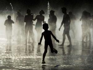 24 heures en images - Des enfants jouent dans une fontaine de Madrid, le 29 juin, alors que vents chauds venus d'Afrique ont fait monter la température jusqu'à 40 degrés dans le pays.
