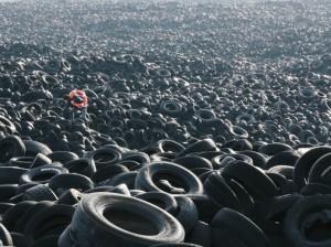 24 heures en images - Une mer de pneus photographiée par Pejac, dans un endroit non spécifié.